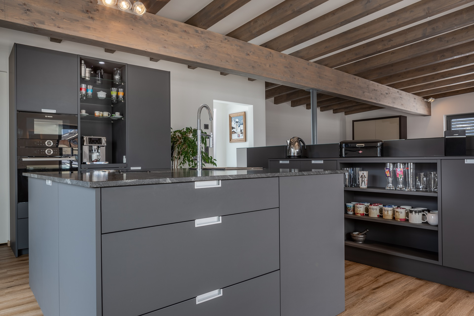 Eggersmann Küche in grau. Geschirr sichtbar