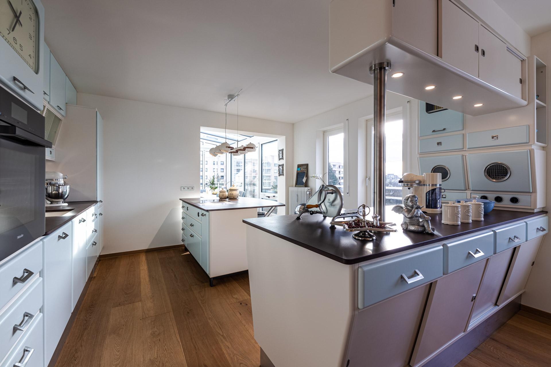 Marchi Küche in einem hellen Raum mit dunklem Holzboden