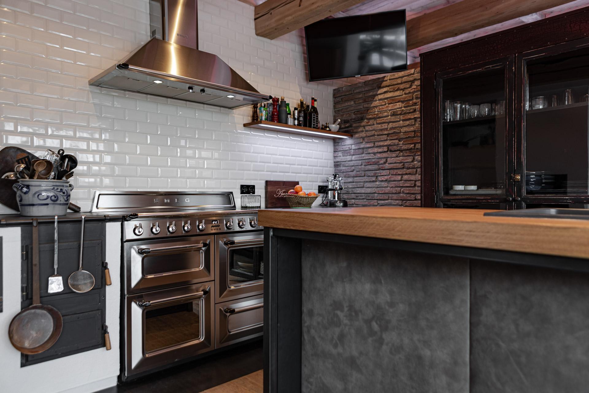 Marchi Küche aus Italien mit kontrastreichen Farben. Dunstabzug aus Stahl